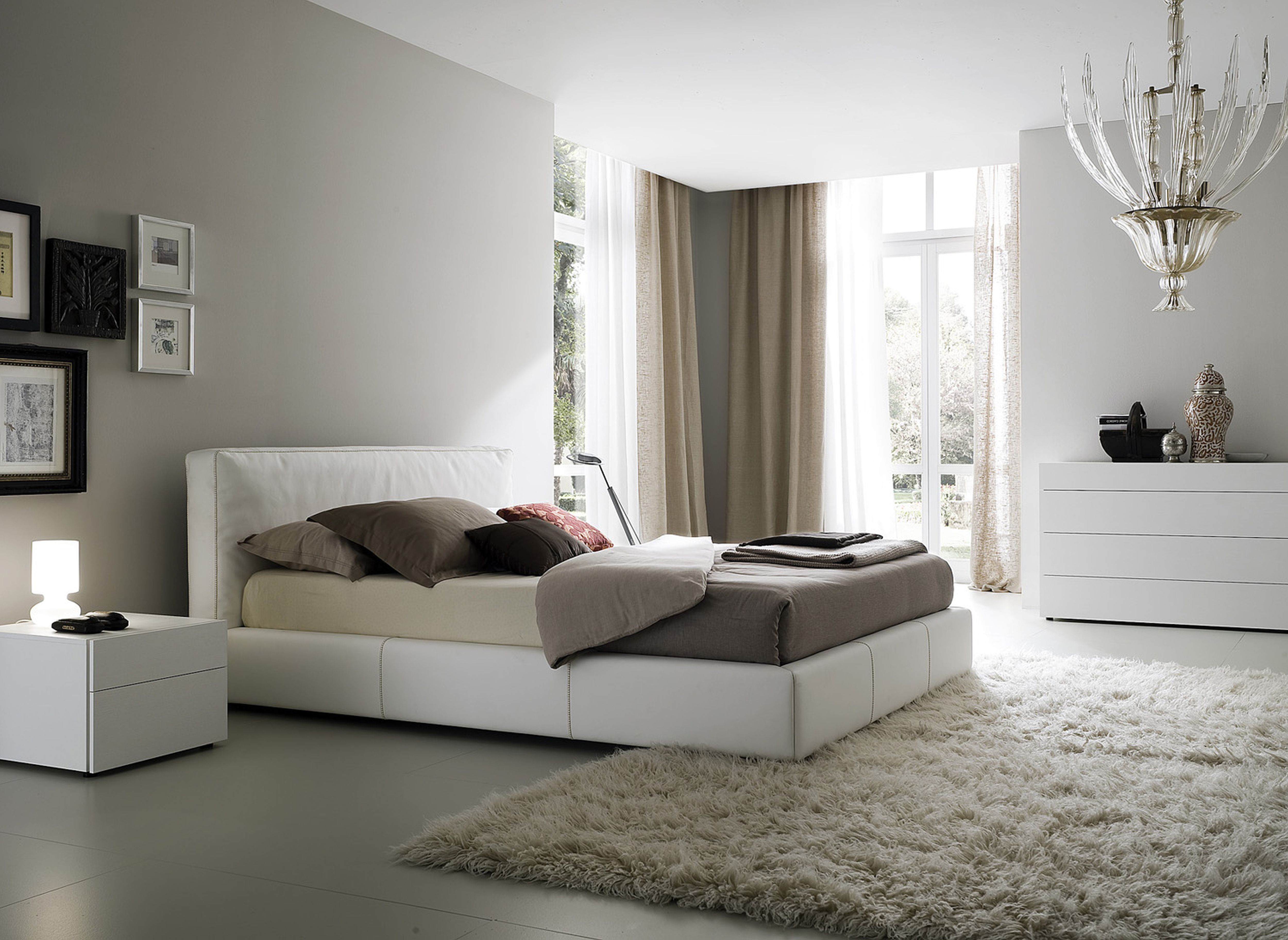 спальня с серой стеной и белой мебелью
