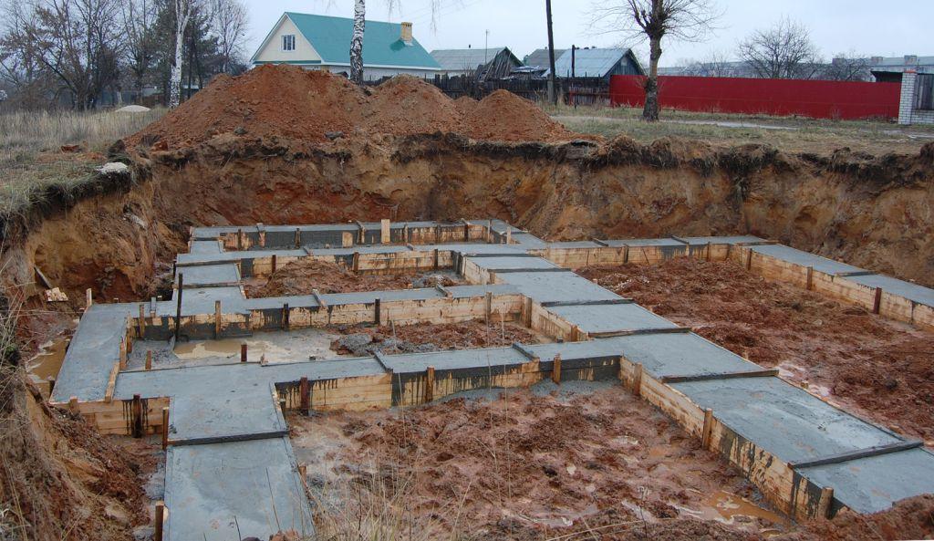 Заливка фундамента цементом