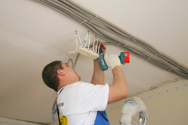 Как установить потолочную электрическую коробку